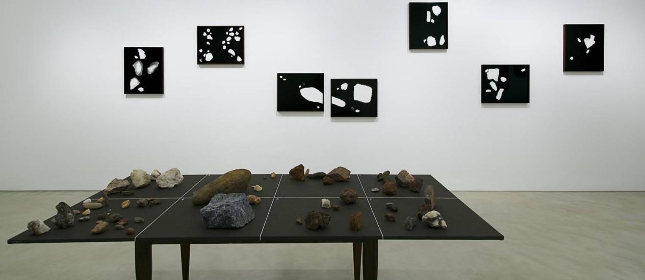 Fotogramas e instalação de Vicente de Mello na Lurixs: pedras da coleção do fotógrafo Foto: Laís Batista/Divulgação