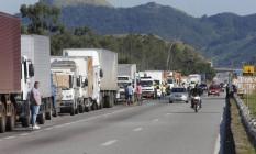 Caminhoneiros na Via Dutra em seropédica Foto: Agência O Globo
