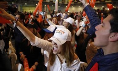 Celebração da direita. Partidários de Ivan Duque comemoram o primeiro lugar nas urnas. O candidato da direita teve 39,11% dos votos. O segundo turno será em 17 de junho Foto: Carlos Garcia Rawlins/Reuters