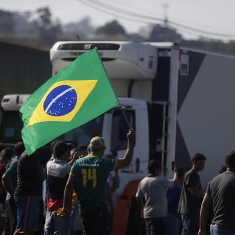 Caminhoneiros no bloqueio da Rodovia Regis Bitencourt em São Paulo Foto: Agência O Globo