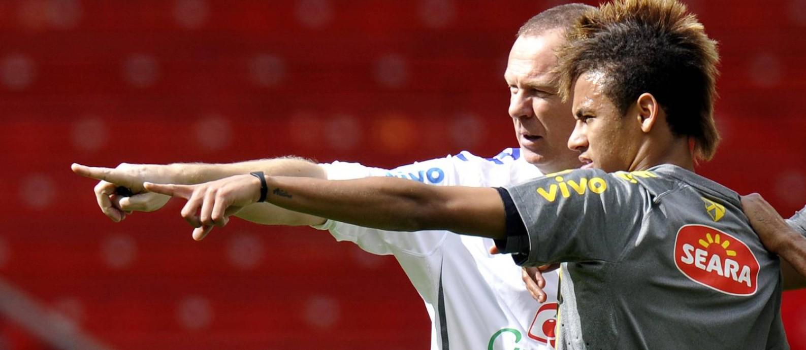 Mano Menezes foi o primeiro a convocar Neymar para a seleção, em 2010 Foto: THOMAS KIENZLE / AFP