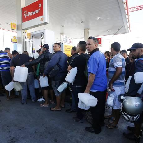 Posto de Irajá vende combustível no galão, o que é proibido no Brasil. Foto: Pablo Jacob / Agência O Globo