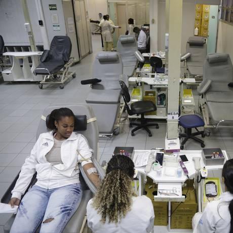 Karina Medeiros (à esquerda) aproveitou o dia sem trabalho para doar sangue Foto: Antonio Scorza / Agência O Globo
