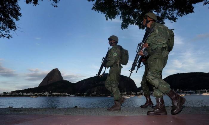 Soldados do Exército fazem o patrulhamento no Aterro do Flamengo Foto: Marcio Alves / Agência O Globo