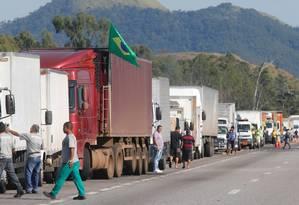 Caminhoneiros fazem bloqueio em Seropédica, no estado do Rio Foto: Domingos Peixoto/Agência O Globo/27-05-2018