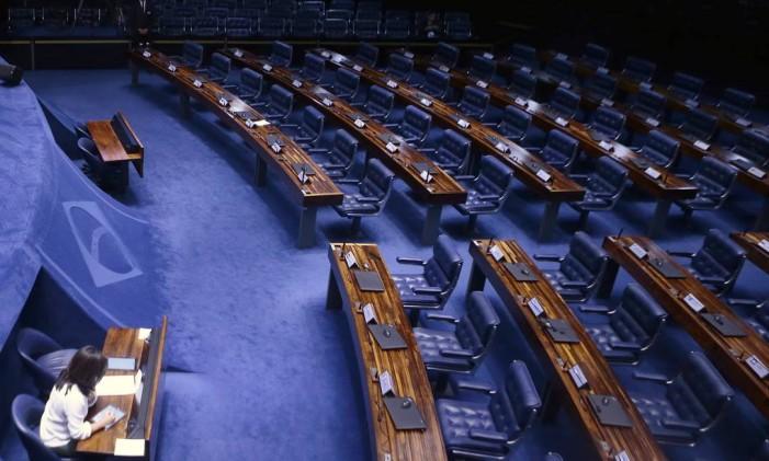 Senador Renan Calheiros discursa para um plenário do Senado Federal vazio Foto: Jorge William / Agência O Globo