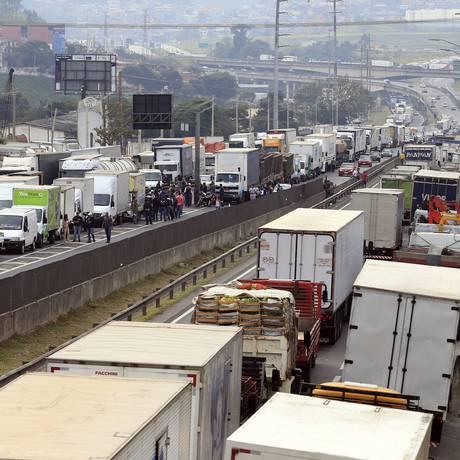 Caminhoneiros bloqueiam rodovia Regis Bittencourt, em São Paulo Foto: Edilson Dantas/Agência O Globo/25-05-2018