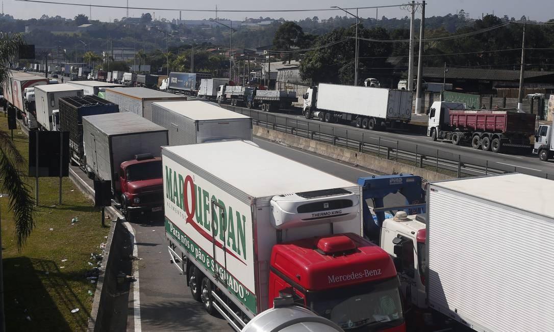 Greve Caminhoneiros. Na foto Rodivia Regis Bittencourt tem caminhoes no acostamento. Foto: Agência O Globo