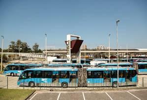 Ônibus articulados do BRT estacionados na estação Alvorada, na Barra da Tijuca Foto: Brenno Carvalho / Agência O Globo