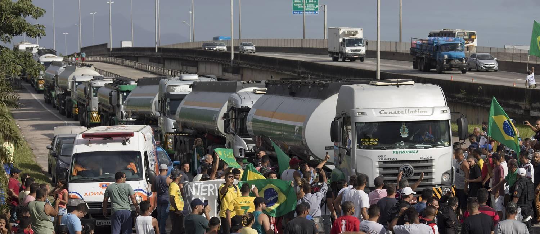 Manifestantes tentam impedir a passagem de caminhões-tanques Foto: Leo Correa / AP