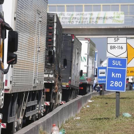Caminhões parados no acostamento da rodovia Régis Bittencourt, na Grande São Paulo Foto: Marcos Alves / Agência O Globo