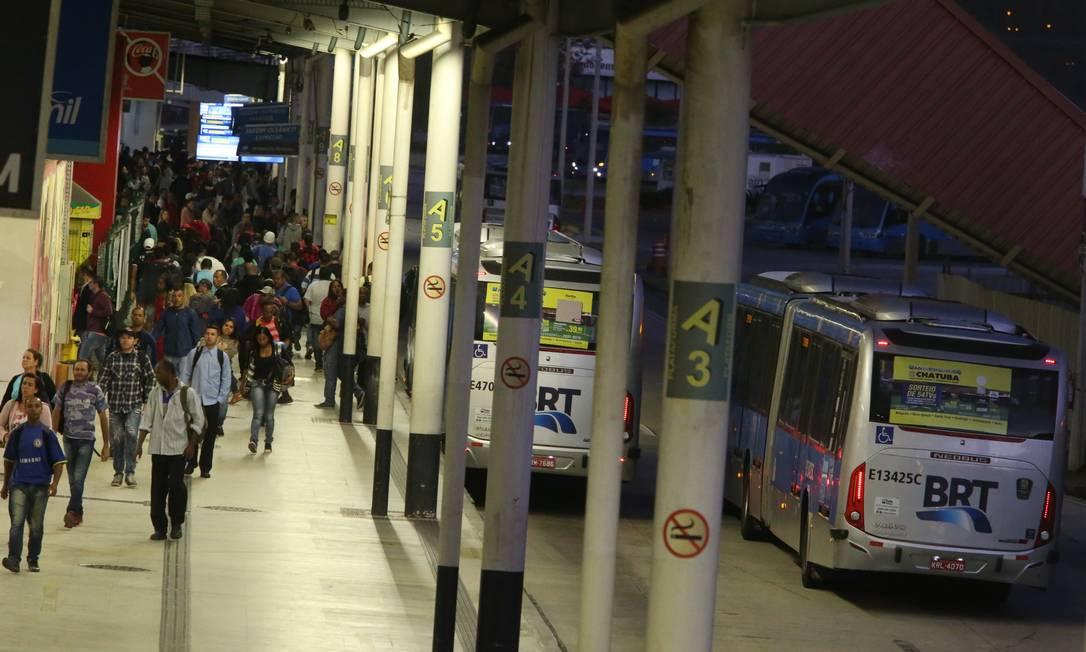 O movimento na estação Alvorada do BRT Foto: Fabiano Rocha / Agência O Globo