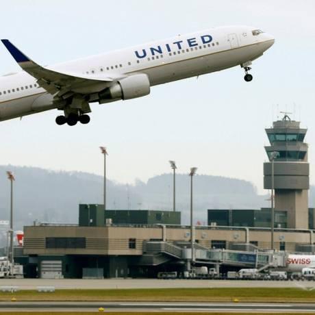 Avião da companhia United Airlines decola de aeroporto da Suíça Foto: Arnd Wiegmann / Reuters