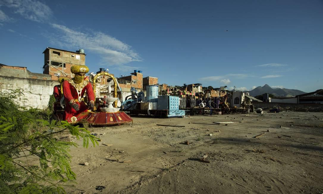 Terreno desocupado onde a prefeitura planeja construir barracões para as escolas do Grupo de Acesso Foto: Guito Moreto / Agência O Globo