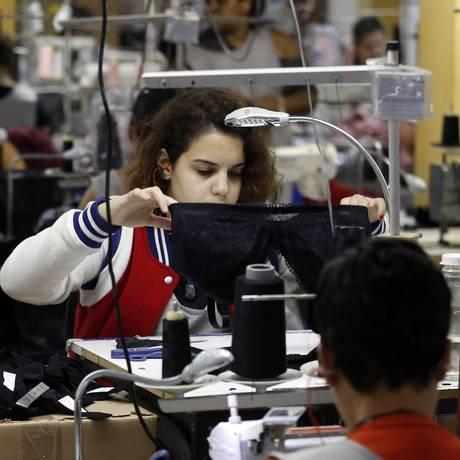 Moda íntima. Costureiras trabalham na fábrica Lucitex, uma das maiores de Friburgo: setor, responsável pela maior abertura de CNPJs na cidade, é o que mais emprega Foto: Marcos de Paula
