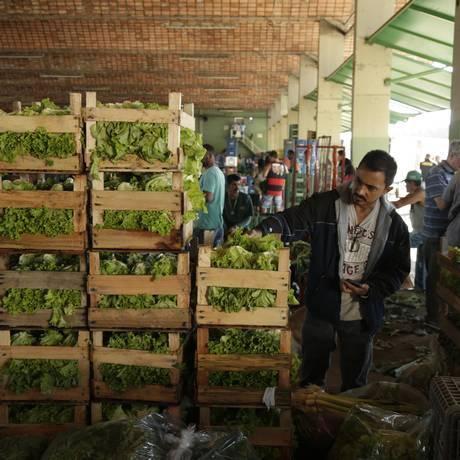 Alimentos sendo descarregados no Ceasa após paralisação Foto: Gabriel Paiva - Agência O Globo / Gabriel Paiva