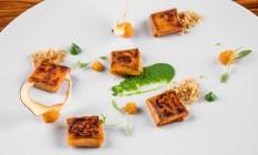Ricardo Lapeyre convida Gustavo Rinkevich para menu a quatro mãos no Laguiole: ravioli de batata laranja com moqueca de siri e farofa de coco Foto: Divulgação/Tomas Rangel