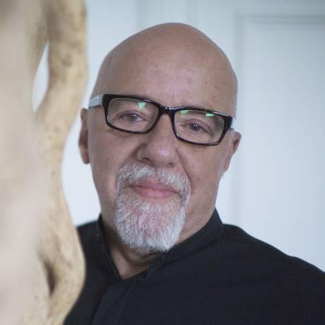 Paulo Coelho, em sua casa, em Genebra Foto: BISSON BERNARD / Divulgação