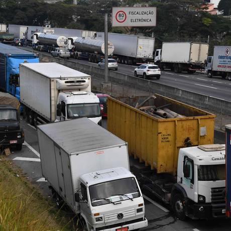 Caminhões bloqueiam a rodovia Regis Bittencourt. Foto: Nelson Almeida/AFP