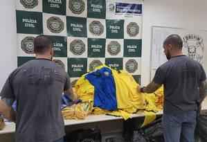 Polícia estoura fábrica clandestina de camisas falsificadas da seleção brasileira Foto: Divulgação