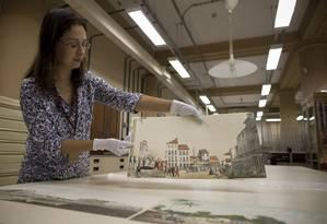Restauradora Jandira Flaeschen mostra uma das oito gravuras que foram devolvidas à Biblioteca pelo Itaú Cultural Foto: Márcia Foletto / Agência O Globo