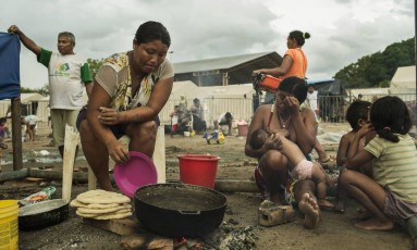 Oitocentos venezuelanos cruzam a fronteira todos os dias. Já são 40 mil em Boa Vista,10% da população da cidade, espalhados pelas ruas. Indígenas da etnia Warao foram os primeiros a migrar para o Brasil Foto: Guito Moreto / Agência O Globo