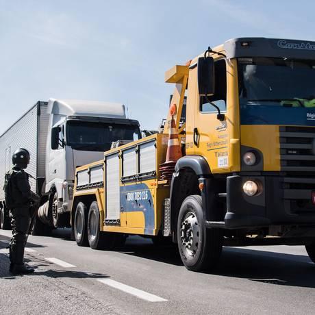 Caminhões na rodovia Regis Bittencourt, em São Paulo Foto: Nelson Almeida / AFP