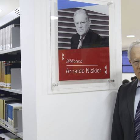 Niskier na biblioteca: acadêmico morou na Rua Fernão Cardim, no Engenho de Dentro, assim como o jurista Evaristo de Moraes Filho Foto: Divulgação