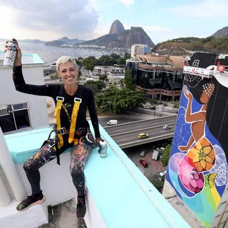 Artista visual Rafaella Monteiro pinta fachada de prédio na praia de Botafogo Foto: Guilherme Pinto / Agência O Globo