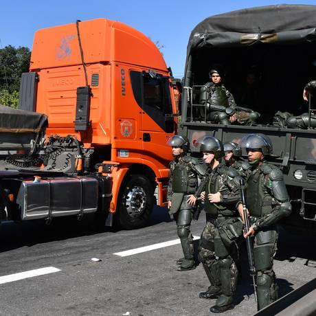 Segurança. Soldados atuam na liberação da Rodovia Régis Bittencourt, em SP Foto: NELSON ALMEIDA / Nelson Almeida/AFP