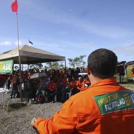 Protesto. Petroleiros aderem à greve de 72 horas na Petroleiros da Refinaria Abreu e Lima, no Complexo Portuário de Suape, em Pernambuco Foto: Bobby Fabisak/JC Imagem