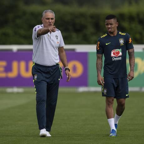 Tite e Gabriel Jesus durante treino da seleção brasileira no CT do Tottenham Foto: Alexandre Cassiano / Agência O Globo