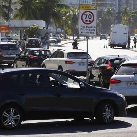 Posto BR em Copacabana: motoristas ainda enfrentam filas para abastecer Foto: Pablo Jacob - Agência O Globo
