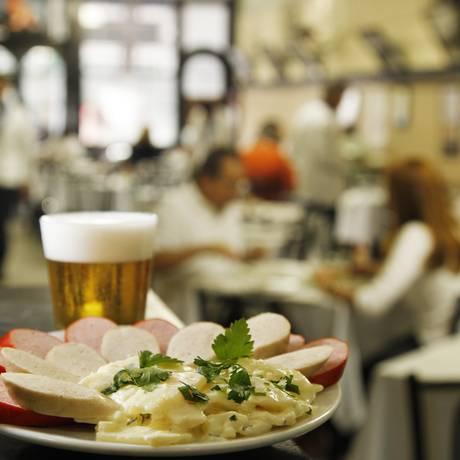 Bar Luiz. A melhor salada de batatas da cidade acompanhada de salsichões e o chope na caldereta Foto: Mônica Imbuzeiro / O Globo