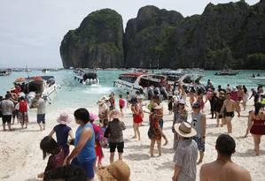 Turistas lotam a praia na Baía Maya, em Koh Phi Phi Leh, a praia mais famosa da Tailândia, que ficará fechada por quatro meses para a recuperação de seu ecossistema Foto: Sakchai Lalit / AP