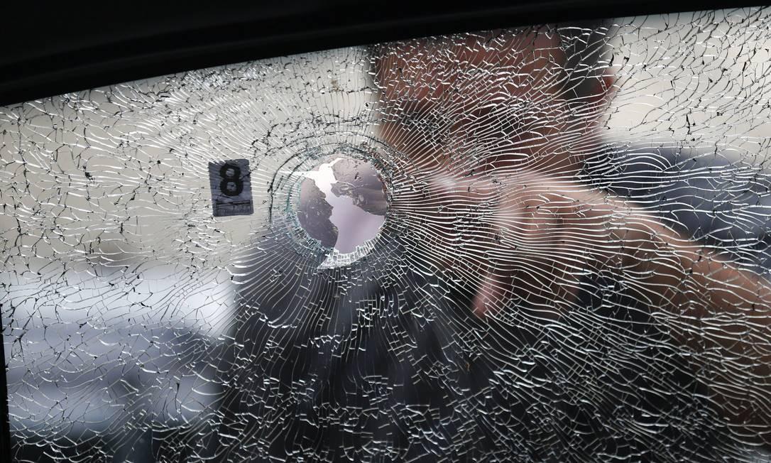 Buraco de bala no carro onde estava Marille Franco Foto: Pablo Jacob / Agência O Globo