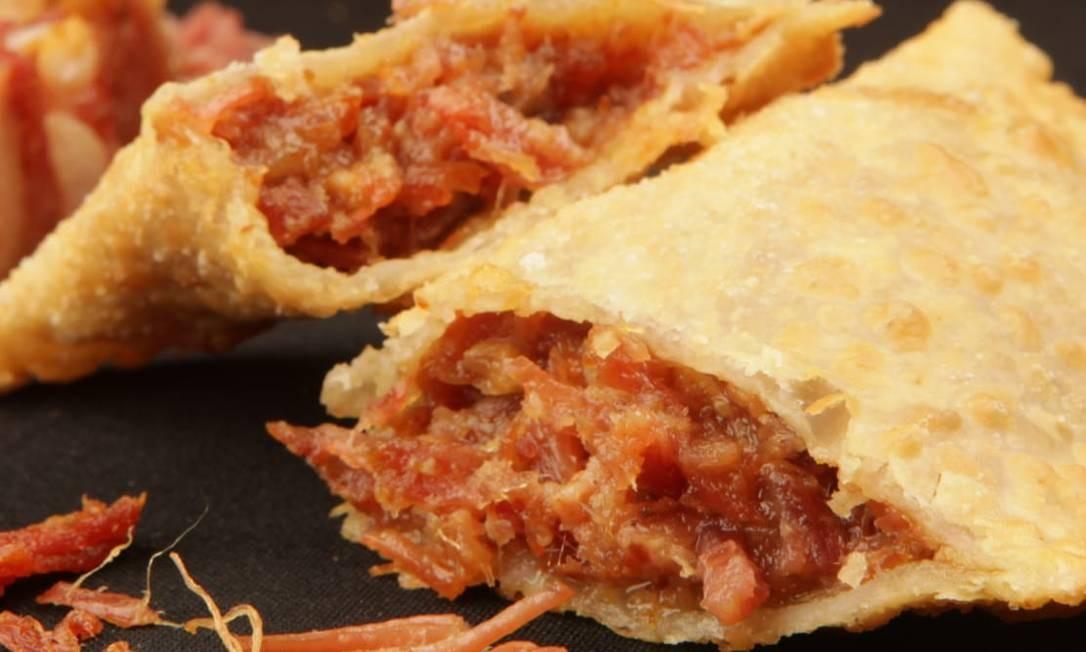 Cachambeer. pastel de panceta com mel, mostarda e cebola roxa (R$ 6, 90). R. Cachambi 475, Cachambi (3042-1640) Foto: Berg Silva / Divulgação