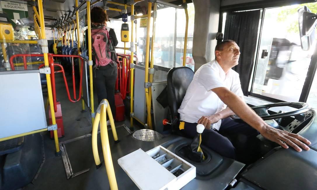 Motoristas de ônibus exercem dupla função, tendo também que cobrar a passagem Foto: Agência O Globo