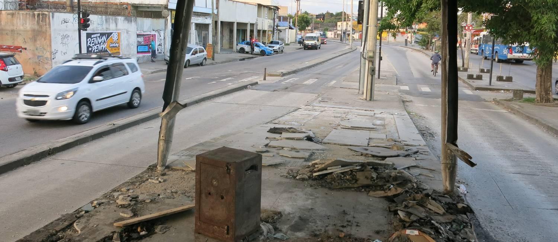 Estação Cesarão III do BRT vandalizada: PMs patrulham ao redor Foto: Rafael Galdo / Agência O Globo