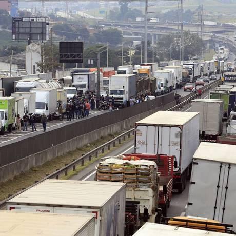 Travado. A rodovia Régis Bittencourt, em SP, parada no auge da crise: demora do governo federal em reagir agravou consequências, na visão de governadores Foto: Edilson Dantas/25-5-2018