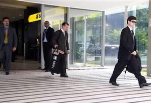Agentes da Polícia Federal (PF) deixam prédio do Ministério do Trabalho com malotes Foto: Givaldo Barbosa/Agência O Globo/30-05-2018