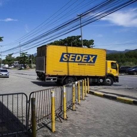 Encomendas vindas do exterior, independentemente do valor, passam a pagar taxa de R$ 15 Foto: Guito Moreto - Agência O Globo