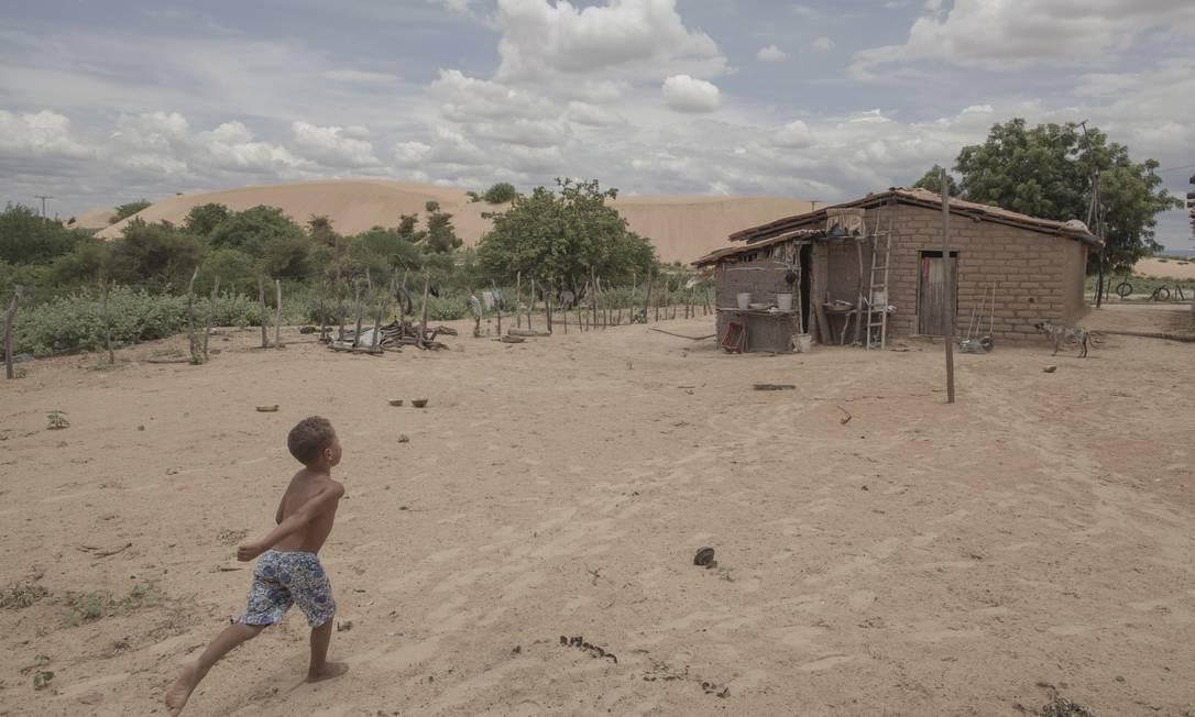 Na margem esquerda do Rio São Francisco, a duna da Geleia (ao fundo) pouco a pouco engole o povoado de Mucambo: a casa do pescador João Pereira Matos, de 74 anos, e de sua família tem os dias contados Foto: Daniel Marenco