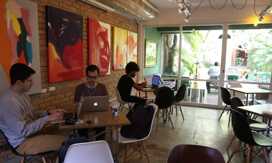 Mão dupla. Sala de estar do Templo funciona como estação de trabalho e área de exposições Foto: Pedro Teixeira / Agência O Globo
