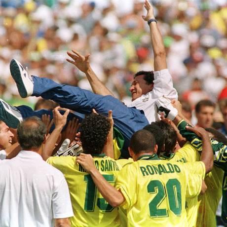 Festa. O técnico Parreira é carregado pelo time campeão da Copa de 1994 Foto: Divulgação/Aníbal philot