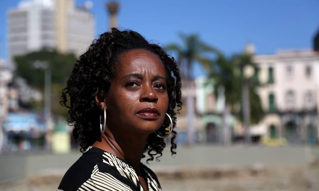 A escritora Eliana Alves Cruz no Cais do Valongo, cenário de seu segundo romance Foto: Custódio Coimbra / Agência O Globo