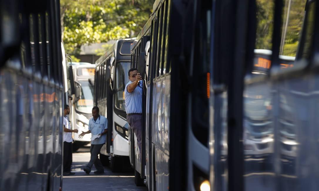 Crivella e o presidente da Rio Ônibus anunciaram o novo acordo para o reajuste de tarifas Foto: Agência O Globo