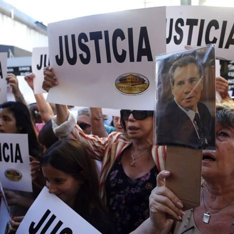 Comoção. Foto de arquivo mostra protesto pela morte do procurador Alberto Nisman no dia 22 de janeiro de 2015 Foto: MARCOS BRINDICCI / REUTERS