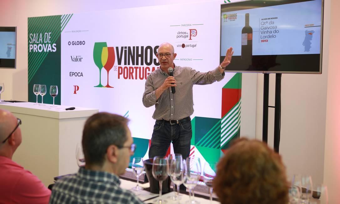 O crítico Manuel Carvalho comanda prova no primeiro dia de Vinhos de Portugal Foto: Sibila Lind/Público / Sibila Lind