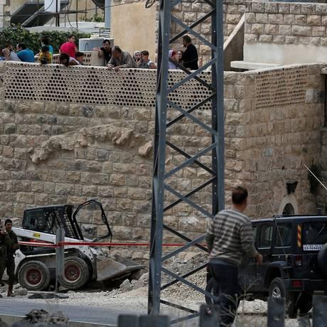 Soldados israelenses guardam o local onde um palestino usou um trator para tentar atropelar militares Foto: MUSSA QAWASMA / REUTERS